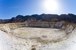 Blick in den Stefanos-Krater mit seinen Fumarolen. (c) Tobias Schorr