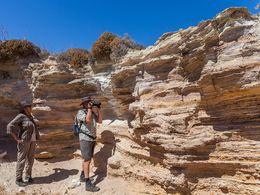 In einer kleinen Grube sind die Ascheschichten des Tsingrado-Vulkans zu besichtigen. (c) Tobias Schorr