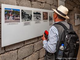 Der ehm. Pfarrer und Verwandte des deutschen Arztes Löbel besuchte im Mai 2018 das Weltkriegsmuseum in Plaka/Milos. (c) Tobias Schorr