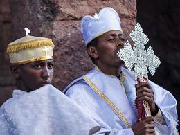 Äthiopischer Priester beim Gottesdienst in Lalibela