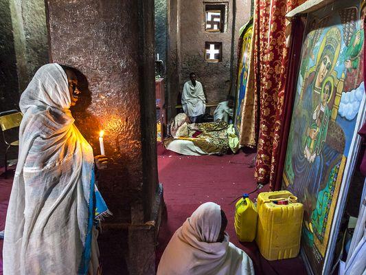 Gläubige in einer der großartigen Felsenkirchen von Lalibela