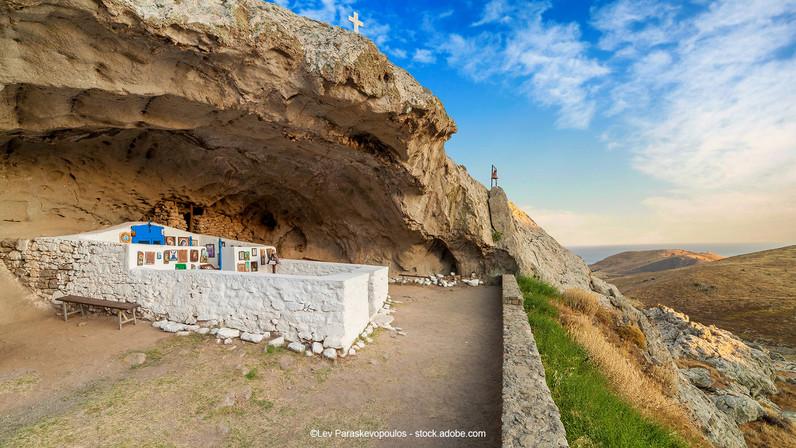 Die berühmte Felsenkirche Panagia Kakaviotissa unterhalb eines Lavadoms. Foto:©Lev Paraskevopoulos - stock.adobe.com