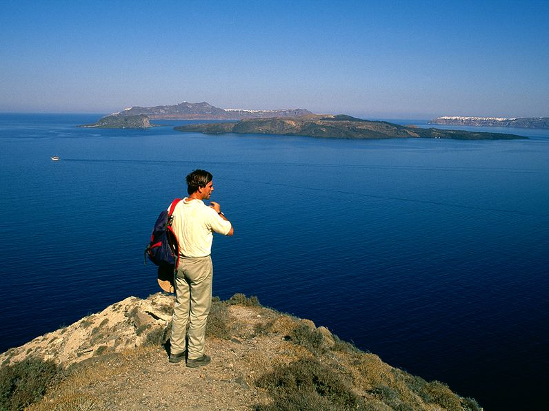 Georgis Vougioukalakis blickt im Frühsommer 1997 über die Caldera von Santorin. (c) Tobias Schorr