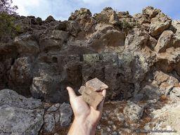 Reste von größeren, antiken Tonscherben, die auf der Hochebene Nymphios herumliegen. (c) Tobias Schorr 2018