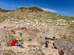 Blick von der Seite auf das Kastengrab und das mykenische Kuppelgrab von Thorikos. (c) Tobias Schorr