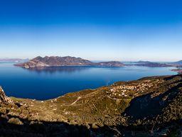 Auf der Fahrt nach Athen gibt es wieder die Aussicht auf den Saronischen Golf zu genießen! (c) Tobias Schorr 2020