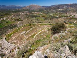 Blick auf die mykenischen Siedlung Midea vom Gipfel der Burg. (c) Tobias Schorr