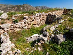 Mauerreste an der oberen, östlichen Akropolis von Midea. (c) Tobias Schorr