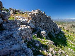 Blick auf die Festungsmauer und den Eingang von Midea. (c) Tobias Schorr