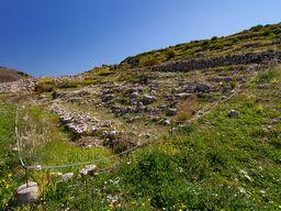 Die Reste von Gebäuden am unteren Teil der Festung. (c) Tobias Schorr
