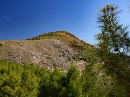 Blick von Agios Thomás auf den Burgberg von Midea. (c) Tobias Schorr