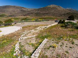 Der Parkplatz der Akropolis Midea ist auch für Kleinbusse bis 20 Sitze geeignet. Größere Busse können die Akropolis nicht besuchen. Dann parkt man am Anfang der kleinen Strasse im Dorf. (c) Tobias Schorr