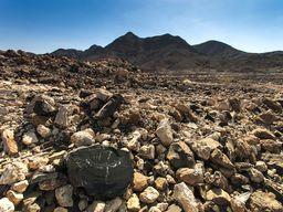 Obsidianbrocken an einem erkalteten Lavafeld.
