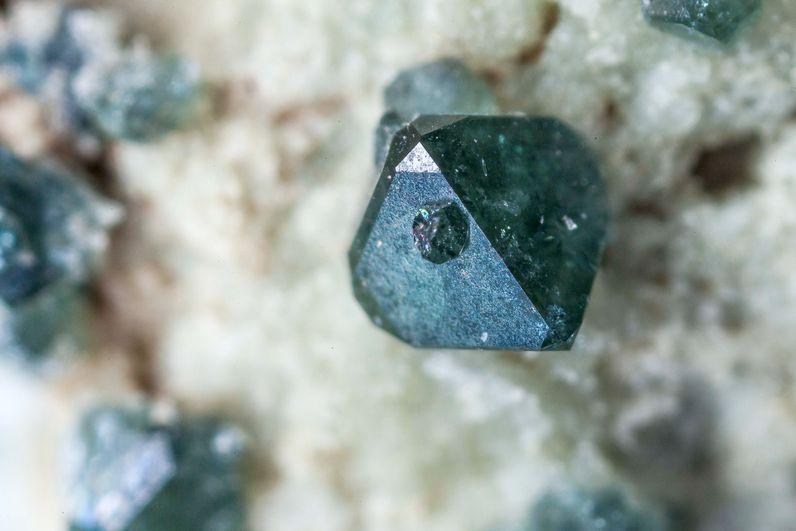 Spinellkristall (1,5mm) aus Avlaki/Nisyros. (c) Tobias Schorr