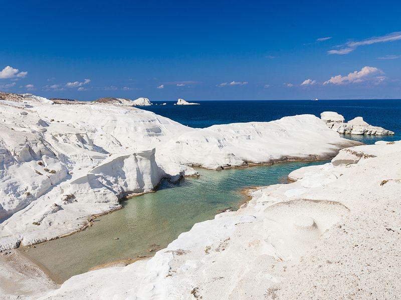 Der Sarakiniko-Strand ist eines der Ziele auf den Milosreisen. (c) Tobias Schorr