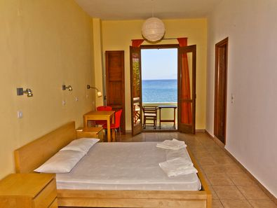 Die Zimmer haben einen kleinen Balkon und Meerblick