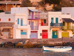 Beim Ausfahren aus dem Hafen Adamas haben wir vielleicht noch einen Blick auf die Fischerhäuser von Klima. (c) Tobias Schorr
