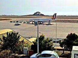 Am Flughafen Santorin JTR (c) Tobias Schorr