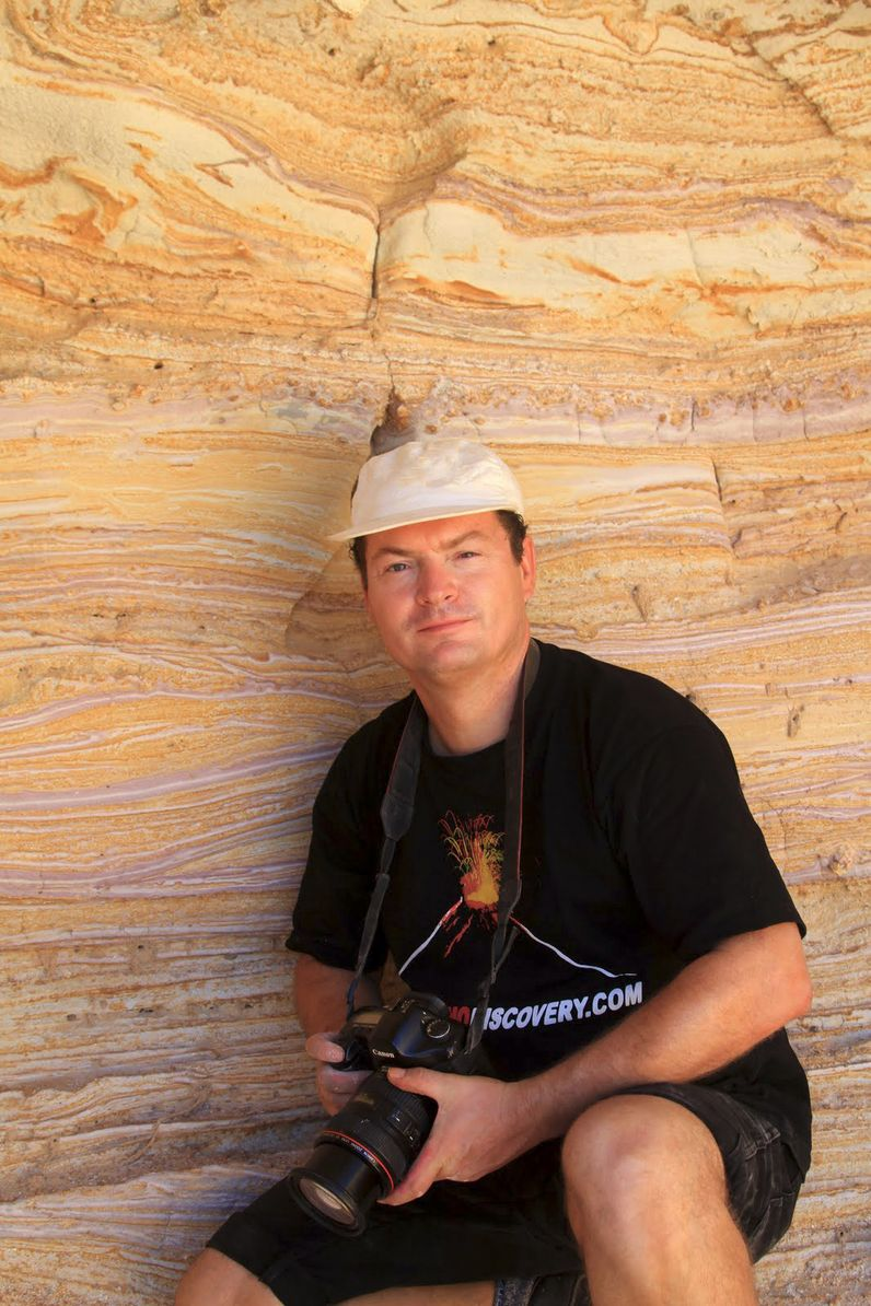 Tobias Schorr an den wunderschönen, vulkanischen Ascheschichten im Tsingradokrater auf Milos.