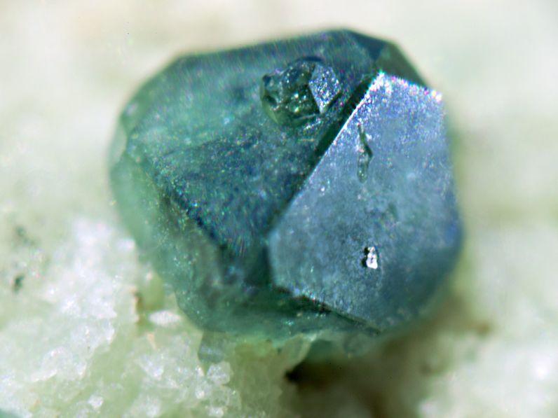 Spinell-Kristall aus Nisyros. (c) Tobias Schorr