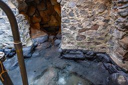 Am Ostende der Stadt Methana gibt es die bis zu 40°C warmen, natriumchloridhaltigen Thermen von Agios Nikolaos. Das Quellgebäude ist leider selten einsehbar. Hier sieht man das Quellhasu mit den Pumpen. (c) Tobias Schorr