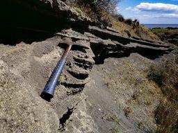 Der Estwing-Hammer als Größenvergleich zu den dünnen Ascheschichten, die bei zahlreichen Vulkanausbrüchen abgelagert wurden. (c) Tobias Schorr