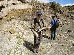 Im Tal bei Agia Markela treten uralte, vulkanische Asche-Schichten an die Oberfläche. (c) Tobias Schorr