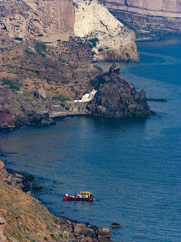 Nach dem Untergang des Kreuzfahrtschiffes Ms Sea Diamond musste die Küste von Ölschlamm befreit werden. Das Schiff ist auf Dauer eine ökologische Katastrophe für die Caldera von Santorin. (c) Tobias Schorr