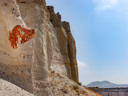 Dieser rote Felsen lag, bevor er aus dem Krater geschossen wurde, an einer Thermalquelle. Der rote Überzug stammt von Eisenoxiden. (c) Tobias Schorr