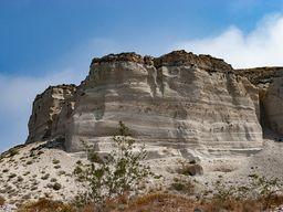 Im ehm. Bimssteinbruch von Akrotiri kann man perfekt die Schichten erkennen, die entstanden, als 1627 v.Chr. der minoische Vulkanausbruch stattfand. (c) Tobias Schorr