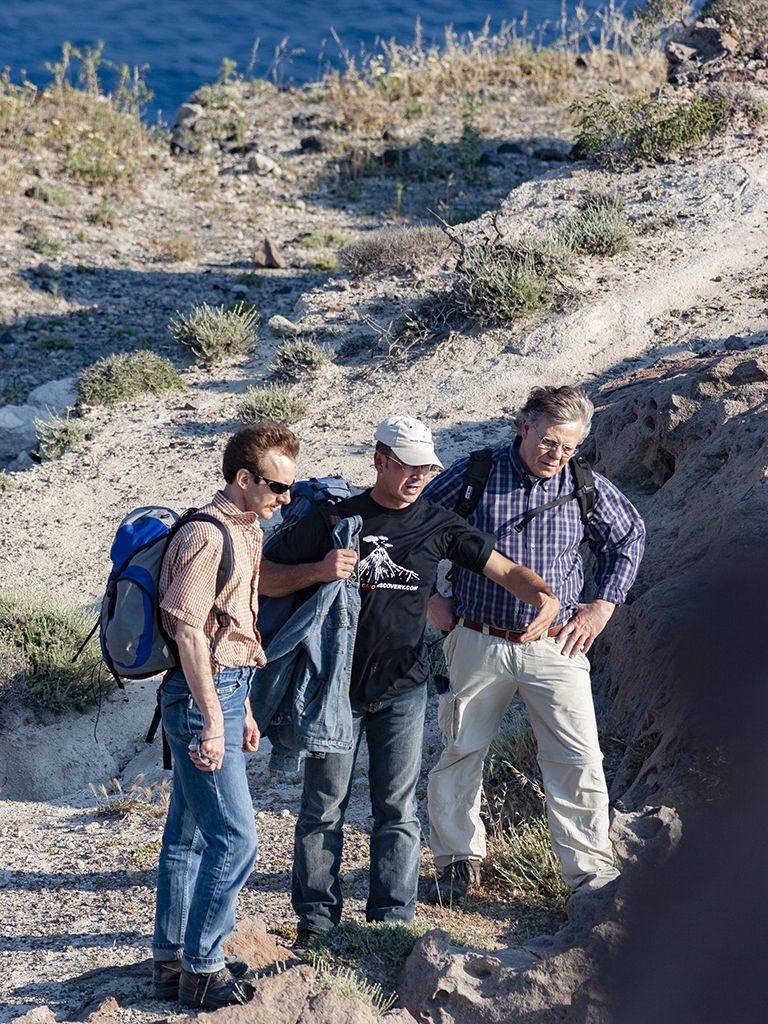 Tom Pfeiffer erklärt den Gästen die Vulkanischen Ablagerungen beim Kap von Akrotiri. (c) Tobias Schorr