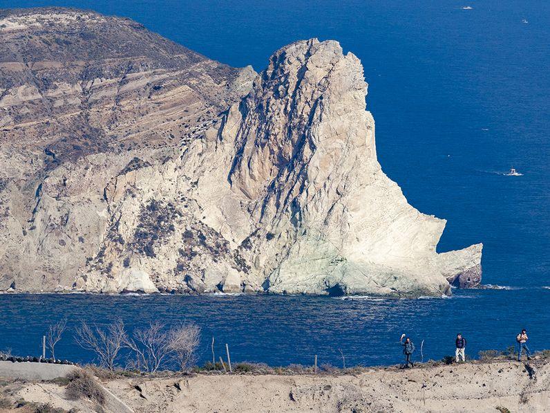 Die Felsen von Mesa Pigadia und im Vordergrund Tom Pfeiffer mit unseren beiden Gästen. (c) Tobias Schorr