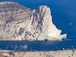 Tom Pfeiffer und die Gäste an einer steilen Schlucht, in der man die ältesten Gesteine Akrotiris sehen kann. (c) Tobias Schorr