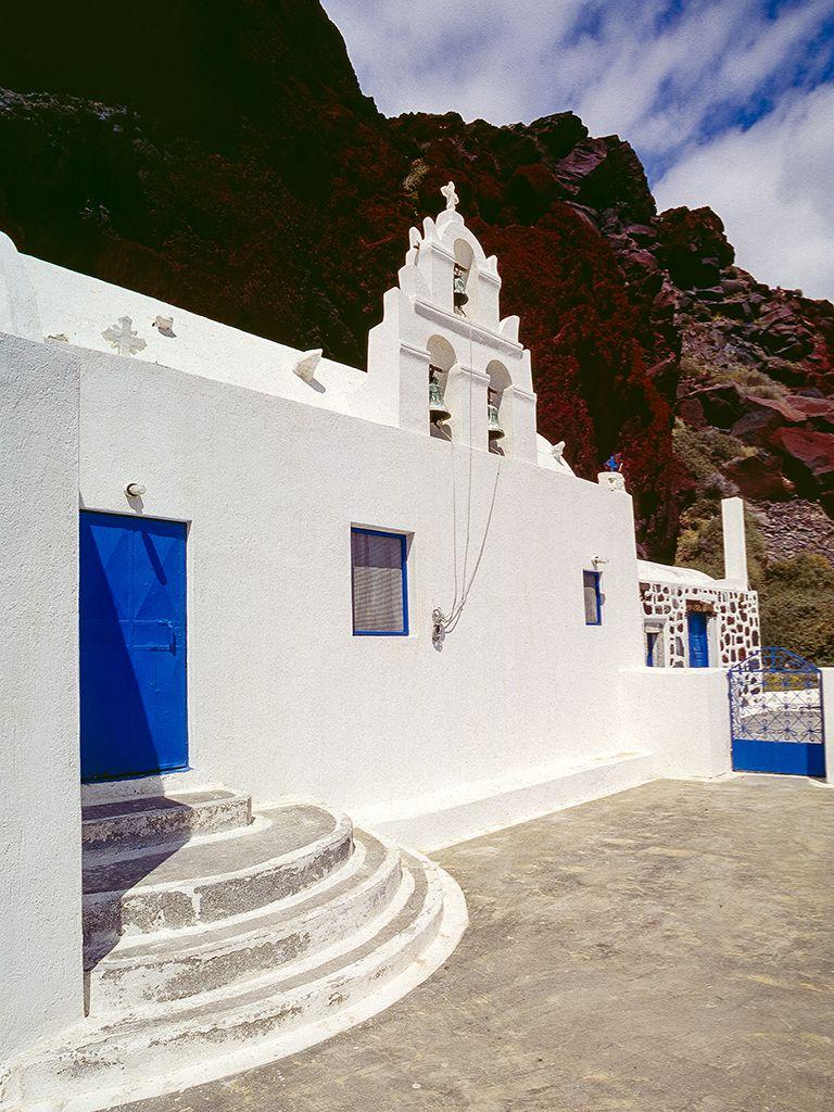 """Die Kapelle Agios Nikolaos an der Südküste von Akrotiri mal ohne geparkte Autos. Leider ist der Ort inzwischen oft überlaufen, weil man ja den """"roten Strand gesehen haben muss"""". (c) Tobias Schorr"""
