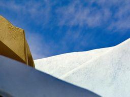 Die traditionelle Architektur auf Santorin ist ein ideales, grafisches Fotomotiv. (c) Tobias Schorr