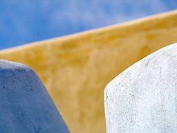 Farben und Formen des traditionellen, santoriner Designs an einer Mauer in Akrotiri. (c) Tobias Schorr