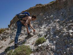 An der Taxiarches-Kapelle kann man manchmal versteinerte Austern finden. Hier hat eine Magmakammer den Meeresboden angehoben. (c) Tobias Schorr