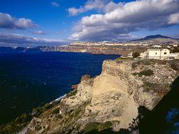 Blick auf die Bims-Klippen beim Hotel Guilelmos in Akrotiri. (c) Tobias Schorr