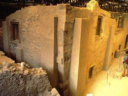 Der berühmte Dreiecksplatz in der minoischen Ausgrabung von Akrotiri