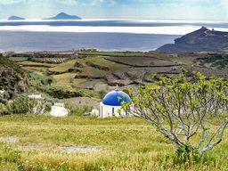 Die Kapelle der Panagia und im Hintergrund die Vulkaninseln Christiana, die auch zum vulkanischen Santorin-Archipel gehören. (c) Tobias Schorr