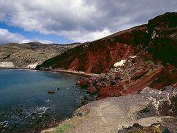 """Der bekannte """"rote Strand"""" an der Südküste des Dorfs Akrotiri auf Santorin. (c) Tobias Schorr"""