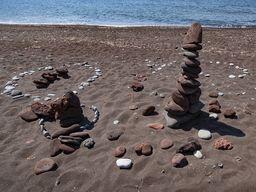 Steinfiguren am roten Strand. (c) Tobias Schorr