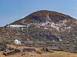 Der durch eine Magmakammer aufgewölbte Hügel mit der Kapelle Taxiarches. (c) Tobias Schorr