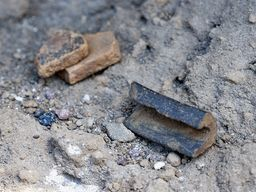 Auf dieser Grenzschicht liegen oft noch minoische Keramikreste und manchmal Obsidian-Messerklingen aus der Zeit vor 1627 v.Chr. (c) Tobias Schorr