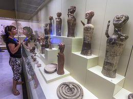 In den Vitrinen stehen Skulpturen aus den mykenischen Heiligtümern