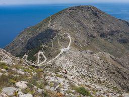 Blick vom Gipfel Proftitis Ilias auf den Sellada-Pass mit der antiken Stadt Thirá. (c) Tobias Schorr