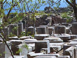 Diese Reste warten darauf als fehlende Bauteile irgendwo in der Ausgrabung ergänzt zu werden. Alt Thera. (c) Tobias Schorr