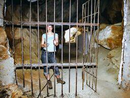 Katharina am Höhleneingang von Alt Thera. (c) Tobias Schorr