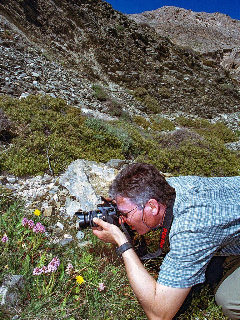 Thomas fotografiert Orchideen am Profitis Ilias Berg. (c) Tobias Schorr