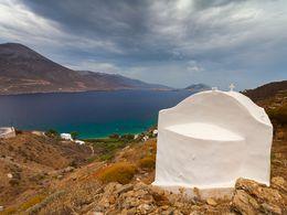 Kleine Kapelle oberhalb der Bucht Aegialis